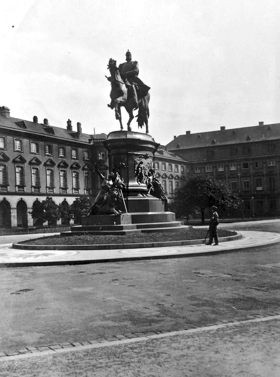 Kaiser-Wilhelm-Reiterdenkmal vor dem Mannheimer Schloss, 1941